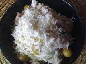 Těstovinový salát s kuřecím masem a kukuřicí