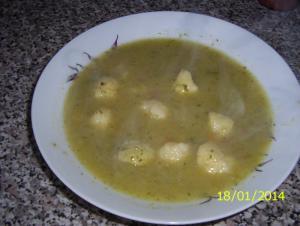 Pórková polévka s krupicovými noky.