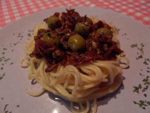Špagety se sardelkami a sušenými rajčaty