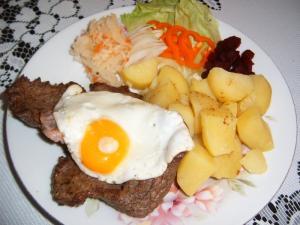 Biftek se šunkou a vejcem