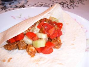 Tortilly plněné vepřovým masem a zeleninou