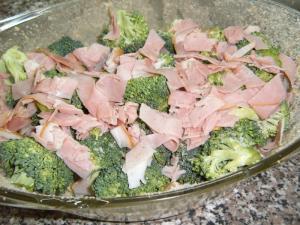 Zapečená brokolice s uzeným masem a sýrem