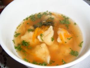 Mrkvová polévka s krupicovými knedlíčky